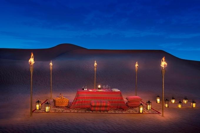 Đây là cơ hội không tồi dành cho người yêu thiên nhiên trải nghiệm môi trường sa mạc một cách sang chảnh. Picnic buổi tối lãng mạn, ngắm sao giữa sa mạc chắc chắn sẽ là kỷ niệm đáng nhớ đối với bạn. Ảnh Al Maha
