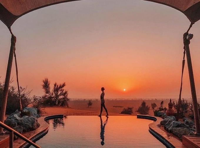 """Ở giữa sa mạc, bạn không nên bỏ lỡ thời khắc mặt trời mọc và lặn. Đây là lúc bạn có thể chiêm ngưỡng bức tranh thiên nhiên đẹp như mơ, chụp cả trăm kiểu ảnh """"sống ảo"""" không biết chán. Phòng rẻ nhất ở đây khoảng 600 USD/đêm (khoảng 14 triệu đồng), có bể bơi riêng. Còn phòng Tổng thống thì lên đến gần 200 triệu đồng/đêm kèm nhiều dịch vụ cao cấp. Giá phòng thay đổi tùy mùa. Ảnh alldreamhotels"""