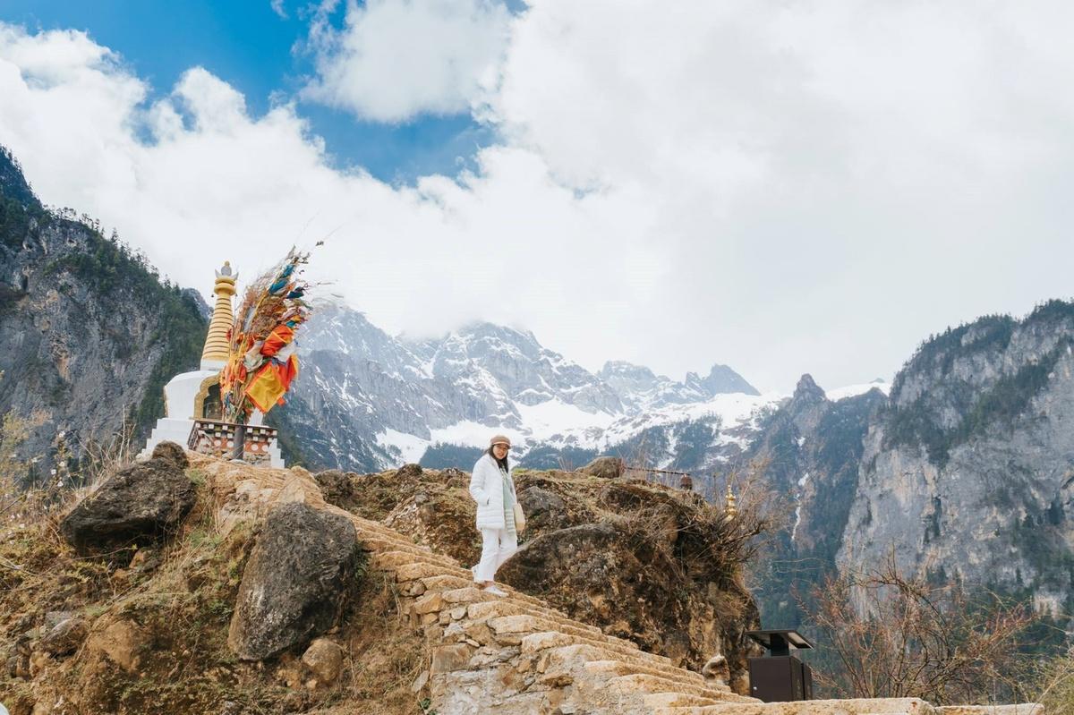 Tiểu thuyết Lost Horizon kể chuyện một phi công bị nạn được đưa vào chữa trị tại một tu viện Lạt Ma, ở một nơi vô định mang tên Shangri-la thuộc vùng Tây Tạng. Đây là nơi hẻo lánh thu mình giữa những dãy núi trùng điệp, phong cảnh hữu tình, bình yên. Du khách có thể dạo bộ thả hồn theo những dãy núi tuyết phủ quanh năm hay những ngọn đồi, nơi có những chú mục đồng và bò yak vô tư gặm cỏ.  Ở Shangri-la, thứ được coi trọng nhất là tình yêu, là hạnh phúc của con người. Tình cảm của gia đình và các mối quan hệ xã hội thân thiết khác được đặt lên đầu.