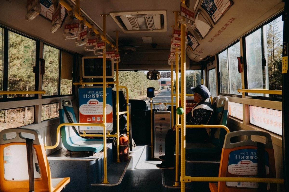 Từ Lệ Giang bạn có thể mua vé xe đi Shangri-la tại bến xe với giá khoảng 63 CNY (210.000 đồng) và thời gian di chuyển khoảng 4 tiếng. Còn trong nội thị Shangri-la, bạn chỉ tốn 1 CNY để di chuyển đến nơi mình muốn. Điểm đến tiếp theo của nhóm Hiếu là phố cổ Dukezong, nằm ở phía nam thành phố.