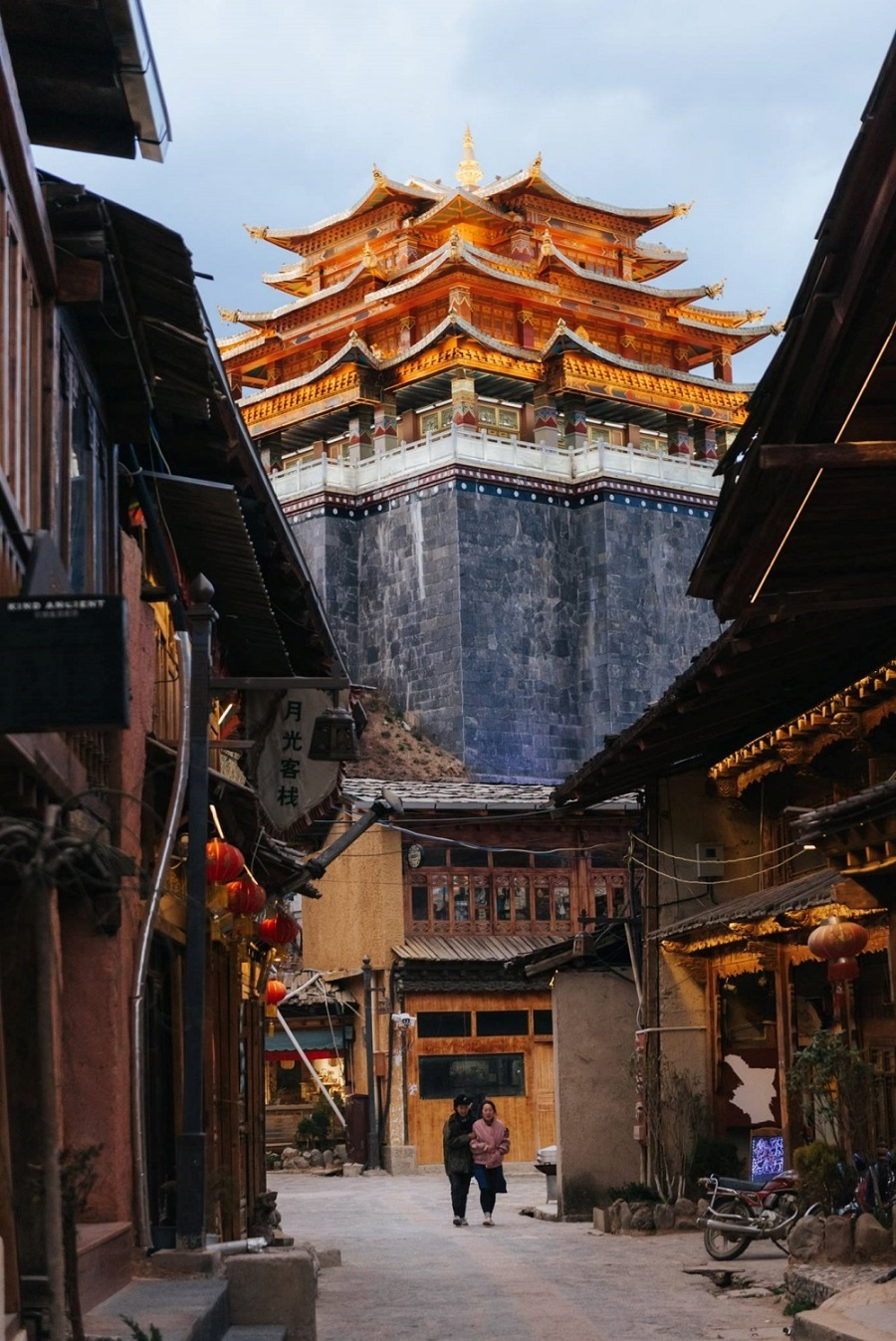 Ở đây, nhóm tham quan Đại Phật Tự trên ngọn đồi cao. Ngôi chùa được xây dựng thời vua Khang Hy, trông rất kiên cố. Buổi tối, chùa càng lung linh thêm dưới ánh đèn và màu sắc của cờ Lungta. Trước khi bước vào tham quan nơi này, du khách thường bị thu hút bởi bánh xe cầu nguyện bên ngoài.