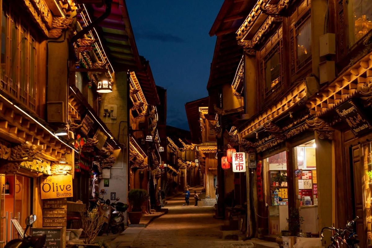 Trung tâm phố cổ về đêm lung linh dưới ánh đèn. Thị trấn hơn 1.300 năm tuổi này có những ngôi nhà truyền thống của Tây Tạng, những ngôi đền, chùa cổ và những con hẻm hẹp quanh co.  Theo kinh nghiệm của những người từng đến đây du lịch và người dân địa phương, bạn có thể chọn đến thăm Dukezong vào giai đoạn giao thoa giữa xuân và hè (tháng 4 – 6). Lúc này, thời tiết ấm áp, khô ráo và thích hợp cho những hoạt động tham quan.  Ẩm thực nổi trội tại Shangrila là món thịt yak khô xào cay để làm ấm cơ thể khi trời rét buốt. Ở đây có món trà với bơ yak và tsampa - món bột lúa mạch phơi khô ngoài nắng hay nướng lên, bốc vỏ trước khi cho vào cối xay hay giã. Bột có thể hòa cùng nước, chè lạnh hoặc nóng. Sau đó thêm vào chút đường và bơ rồi nhào quanh chén cho đến khi bột đóng lại thành cục vò ra viên. Người dân có thể chế tạo bột này cộng thêm rau, pho mát hay thịt làm thành một bữa ăn.