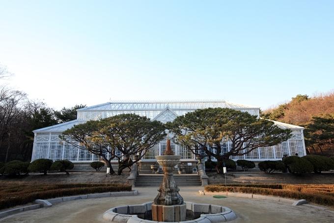 Được xây dựng vào năm 1909, Grand Greenhouse nằm trong lòng Changgyeonggung (cung Xương Khánh) là nhà kính đầu tiên mang phong cách kiến trúc châu Âu ở Hàn Quốc. Công trình do người kiến trúc sư Nhật Bản Hayato Fukuba thiết kế, người Pháp thực hiện. Ảnh Shutterstock