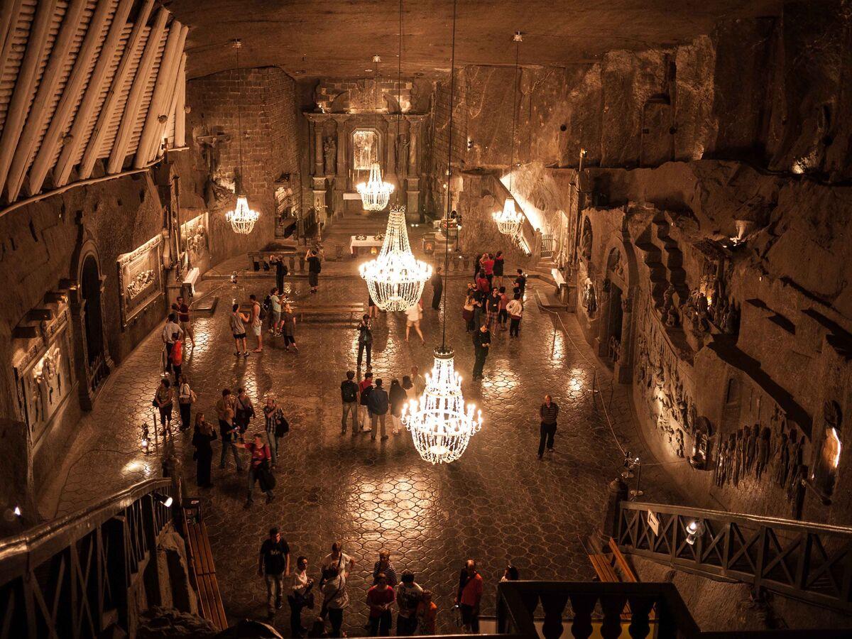"""Mỏ muối Wieliczka nằm ở miền nam Ba Lan, là một trong những mỏ cổ nhất và được UNESCO công nhận Di sản thế giới. Các hang động rỗng còn lại sau quá trình khai mỏ đã được sửa sang qua nhiều năm để biến thành một """"thế giới mới"""". Đại sảnh được thắp đèn chùm làm từ muối, các nhà nguyện dành để thờ các vị thánh Ba Lan và những lối đi đều được xây dựng sao cho người đi từ đâu cũng có thể ngắm các hồ nước ngay trong mỏ.  Mỏ Wieliczka được khai thác từ thế kỷ 13 tới năm 1996, sau đó nơi này chuyển thành điểm du lịch. Du khách tới đây có cơ hội tham gia tour đi bộ khám phá ở độ sâu tới 137 m. Ảnh: Pinterest."""