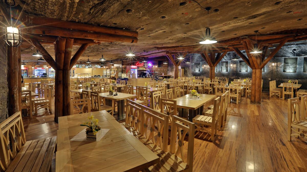 Sau chuyến đi bộ khám phá các hang động, hồ nước, tìm hiểu quy trình khai thác muối, du khách dùng bữa ngay tại nhà hàng trong lòng mỏ muối. Khách đi theo nhóm cần đặt bữa ăn kèm tour để được chọn thời gian thích hợp. Ảnh: wieliczka-saltmine.
