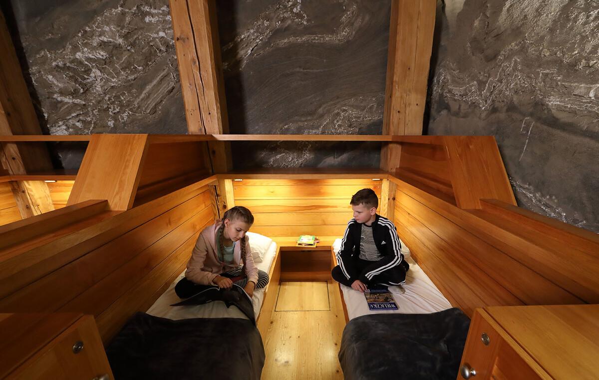 Ngoài ra, du khách muốn ngủ lại cũng có phòng nghỉ nằm ở độ sâu 135 m. Phòng có 28 giường, nhiệt độ phòng thường ở 13 - 14,5 độ C nên khách cần mang thêm đồ giữ ấm. Du khách còn được lựa chọn các liệu trình trị liệu theo giờ. Giá một đêm nghỉ ở mỏ muối từ 30 USD.  Vé vào cửa là 2 USD/ người với khách lẻ, miễn phí với trẻ dưới 4 tuổi, 6 USD cho cả gia đình 4 người, 12 USD cho nhóm 10 người. Thời gian bán vé và tham quan từ 9 - 20 h hàng ngày. Ảnh: wieliczka-saltmine.