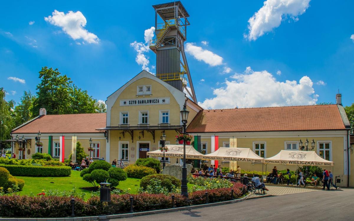 Wieliczka nằm cách thành phố cổ Krakow 16 km. Thoạt nhìn tòa nhà dẫn vào cổng mỏ có quy mô rất khiêm tốn so với không gian khổng lồ nằm dưới lòng đất. Ảnh: Musement.