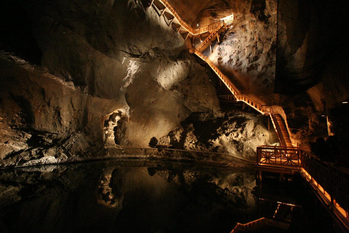 Rời nhà nguyện St Kinga, du khách có 2 lối đi: một tuyến đường của thợ mỏ, mô tả nghề khai thác muối và một tuyến cho du khách ngắm cảnh trong mỏ. Mỗi tuyến kéo dài khoảng 3,5 km và tốn 3 tiếng di chuyển. Hơn 800 bậc thang này dẫn khách xuống sâu tới 137 m và càng xuống sâu sẽ càng lạnh. Ảnh: SeeKrakow.