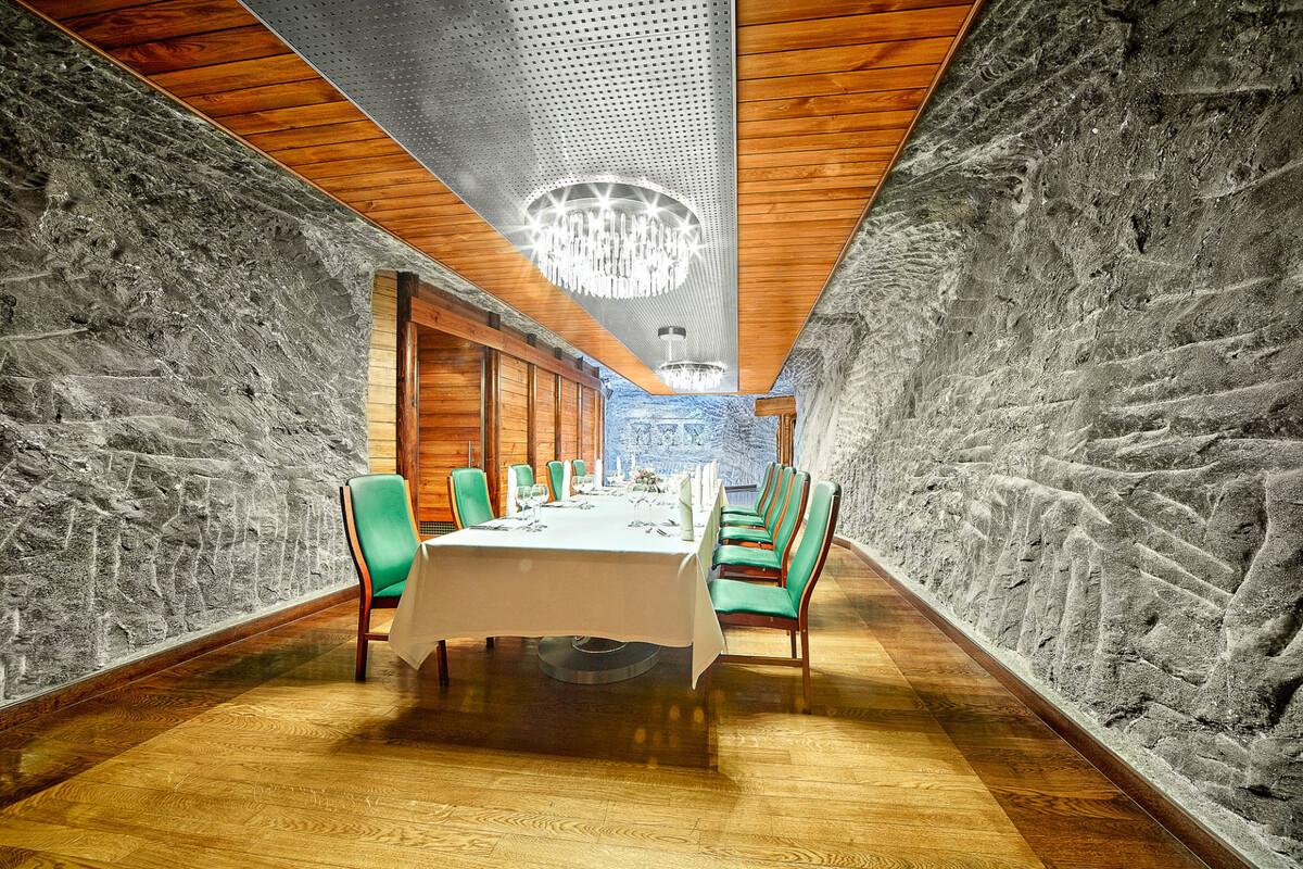 Căn phòng Jan Haluszka II để tổ chức các bữa tiệc thân mật, có sức chứa 40 người. Phòng có diện tích sàn 58 m2, cao 2,4 m và lý tưởng để làm tiệc gia đình, hội họp công việc. Ảnh: wieliczka-saltmine.