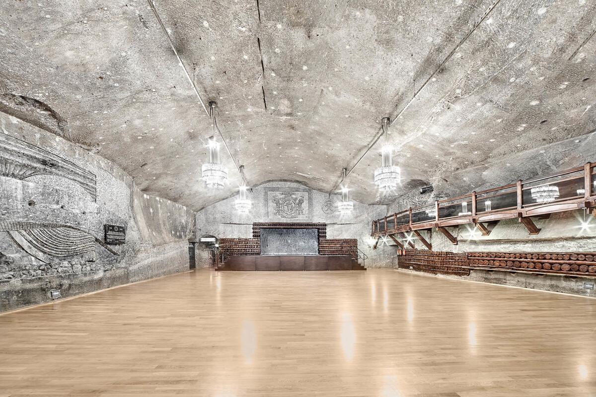 Warszawa là phòng có diện tích 680 m2 để tổ chức tiệc lớn, hội thảo, hội nghị, hòa nhạc, buổi biểu diễn, lễ kỷ niệm, triển lãm tranh ảnh và thậm chí cả các trận đá bóng. Căn phòng lớn nằm ở độ sâu 125 m này có sức chứa tới 700 người. Ảnh: wieliczka-saltmine.