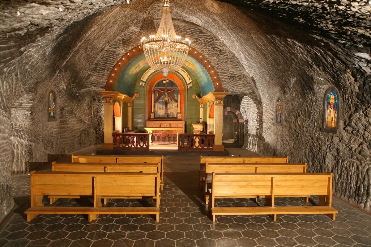 Nhà nguyện St John nằm ở độ sâu 135 m, năm 2005 được nâng cấp để phục vụ du khách tham quan. Nơi này có thể tổ chức lễ cưới, lễ thánh cho các gia đình nhỏ cho khoảng 40 người. Ảnh: wieliczka-saltmine.