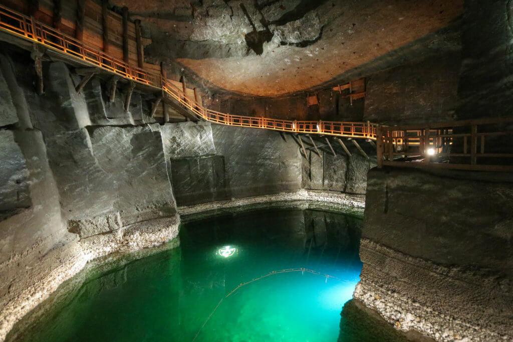 Một trong những khung cảnh làm du khách choáng ngợp khi vào mỏ Wieliczka là những hồ nước muối. Đây là nơi được nhiều cặp đôi lựa chọn làm địa điểm trao lời cầu hôn. Ảnh: thescenicsuitcase.