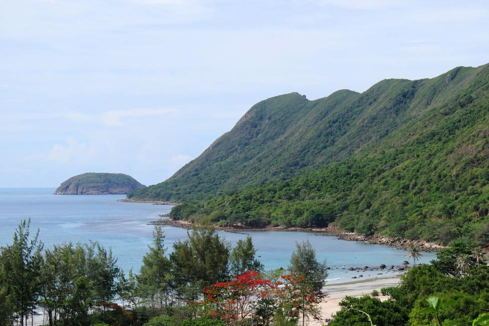 Khung cảnh đẹp nao lòng khi đứng ở sân Vạn Sơn Tự trên núi Một nhìn xuống biển