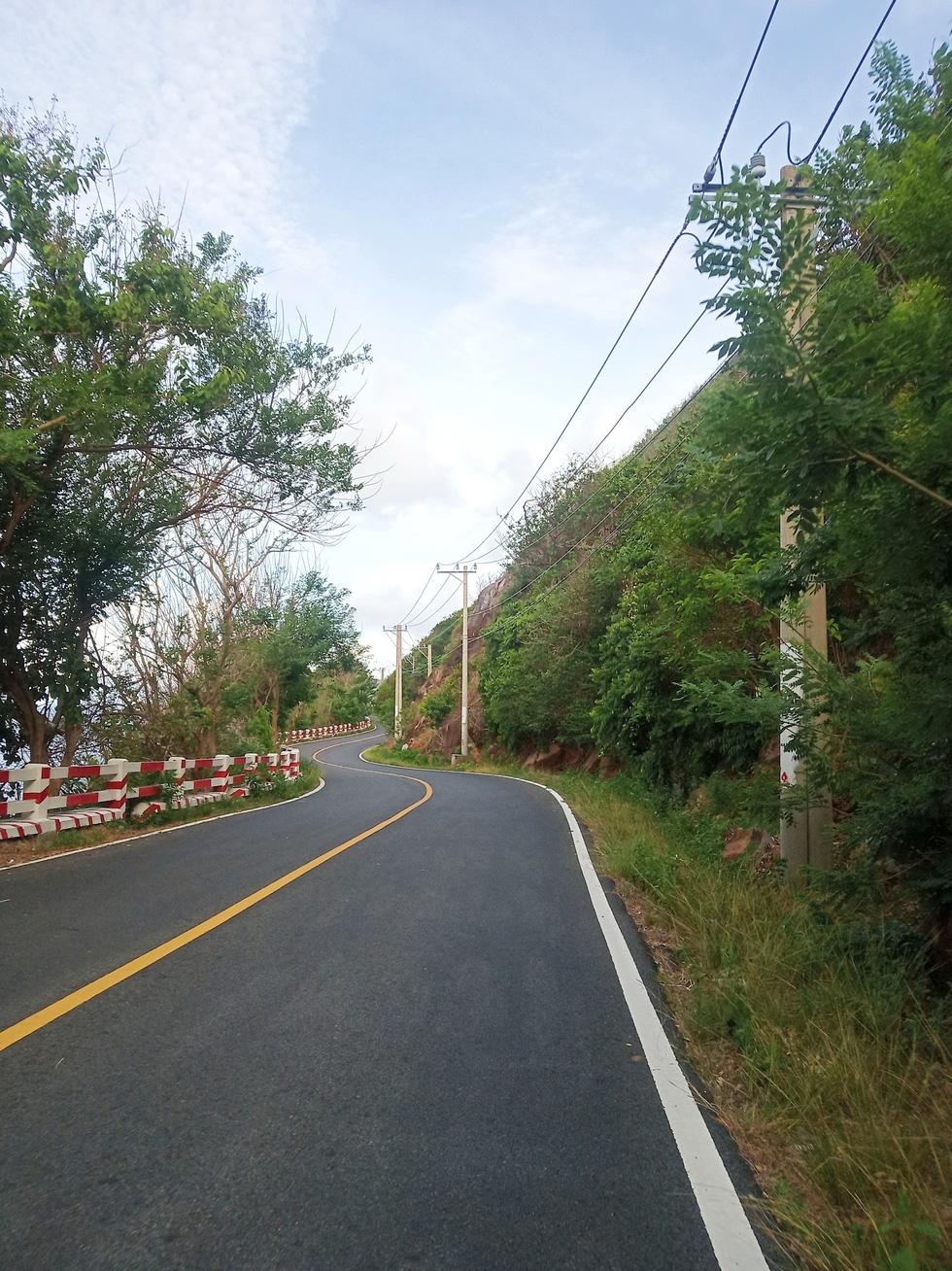 Đường Cỏ Ống uốn lượn ôm núi, cung đường độc đạo dẫn ra bãi Đầm Trầu và sân bay Côn Đảo