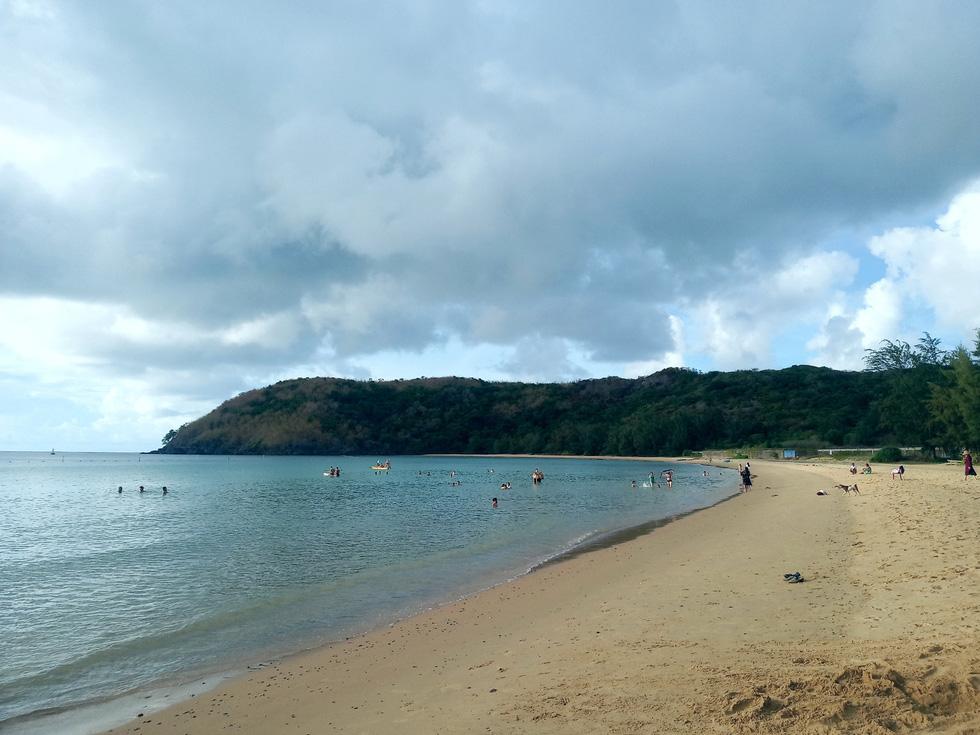 Bãi Đầm Trầu một chiều tắt nắng. Đây cũng là bãi biển du khách có thể ngắm máy bay cất và hạ cánh rất gần