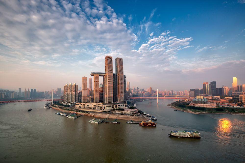Tòa cao ốc nằm ngang có tên The Crystal vừa khai trương cuối tháng 5, thuộc tổ hợp Raffles City Chongqing. Tổ hợp này tọa lạc ngay trung tâm thành phố Trùng Khánh, bên ngã ba sông Dương Tử và sông Gia Lăng.