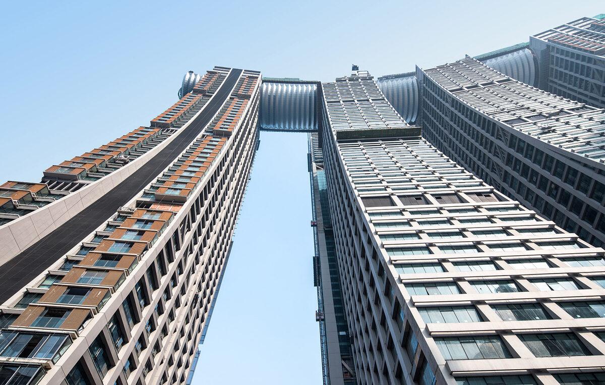 Được coi là tòa nhà nằm ngang cao nhất thế giới, The Crystal trải dài 300 m trên nóc của bốn tòa tháp cao 250 m, và còn có cầu nối tới hai tòa nhà khác cao hơn. Cấu trúc thép xuyên suốt tạo nên tòa cao ốc này nặng tới 12.000 tấn, bao quanh là 3.000 tấm kính và gần 5.000 tấm nhôm.