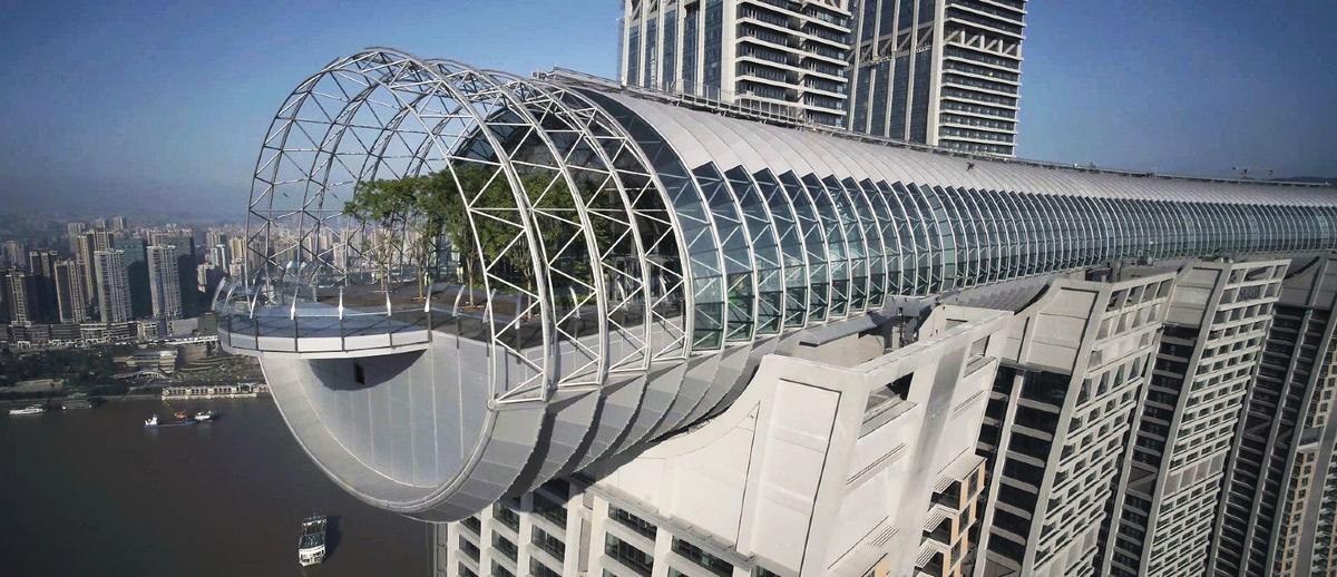 Tòa nhà rộng 15.000 m2 này có rất nhiều nhà hàng, quán bar, không gian tổ chức sự kiện, club, bể bơi vô cực và sảnh khách sạn. Nhiều người có thể chỉ ra rằng cấu trúc của tòa nhà nằm ngang này giống với Marina Bay Sands của Singapore - thực tế, kiến trúc sư của The Crystal chính là Moshe Sadie, người thiết kế ra tòa nhà biểu tượng tại đảo quốc sư tử và nhà ga Jewel của sân bay Changi.