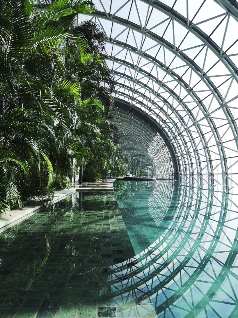 Cấu trúc bằng kính và thép bao quanh tòa nhà được ví như chiếc đàn concertina, để du khách tận hưởng ánh sáng tự nhiên, tầm nhìn bao quát và có thể ngắm cảnh vườn quanh cả năm.