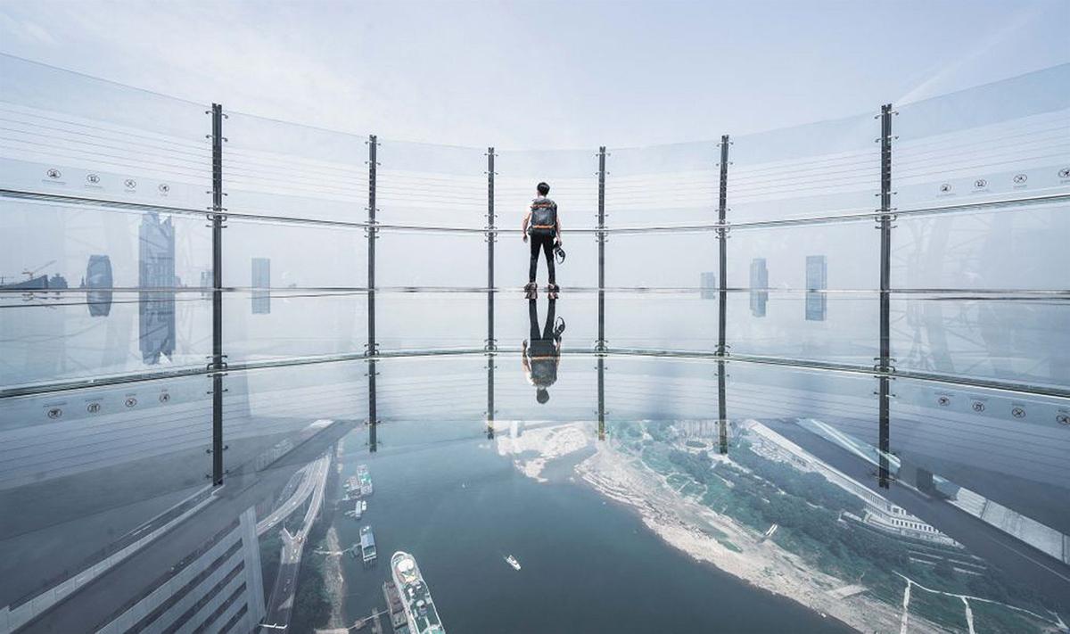 Nổi bật nhất trong không gian giả trí trên tòa nhà này là Exploration Deck, đài quan sát đáy kính cao nhất ở miền tây Trung Quốc, rộng hơn 1.500 m.