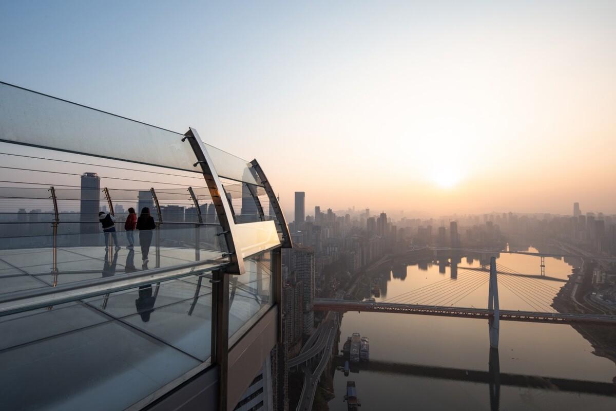 Từ đây du khách có thể phóng tầm nhìn 270 độ ra khắp thành phố Trùng Khánh, và ngay bên dưới là ngã ba sông Dương Tử giao sông Gia Lăng. Hiện một ngày đài quan sát chỉ bán 3.000 vé tham quan, giá khoảng 25 USD một lượt.