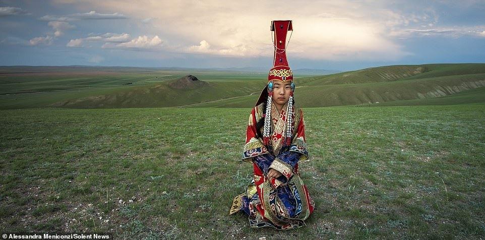 Nhiếp ảnh gia Alessandra Meniconzi đã chu du từ quê nhà Lugano, Thụy Sĩ tới Mông Cổ để thực hiện những bộ ảnh về đời sống, văn hóa của người dân địa phương, đặc biệt là các bộ tộc du mục. Qua từng bức hình, nữ nhiếp ảnh gia đã cố gắng khắc họa chân dung cuộc sống của người bản địa một cách chân thực, sâu sắc và đầy cảm xúc.
