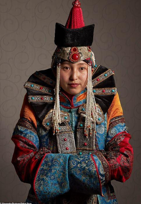 """Theo Meniconzi: """"Trước kia vua chúa của những bộ tộc du mục Mông Cổ từng mặc các trang phục truyền thống này, kết hợp rất nhiều đồ trang sức lộng lẫy. Họ có thợ may và xưởng may riêng. Ngày nay, các gia đình vẫn làm những bộ đồ này và truyền lại cho con cháu mình. Các mẹ thường là những người may quần áo cho con cái rồi truyền nghề cho các bé gái, và cứ thế tới các đời sau""""."""
