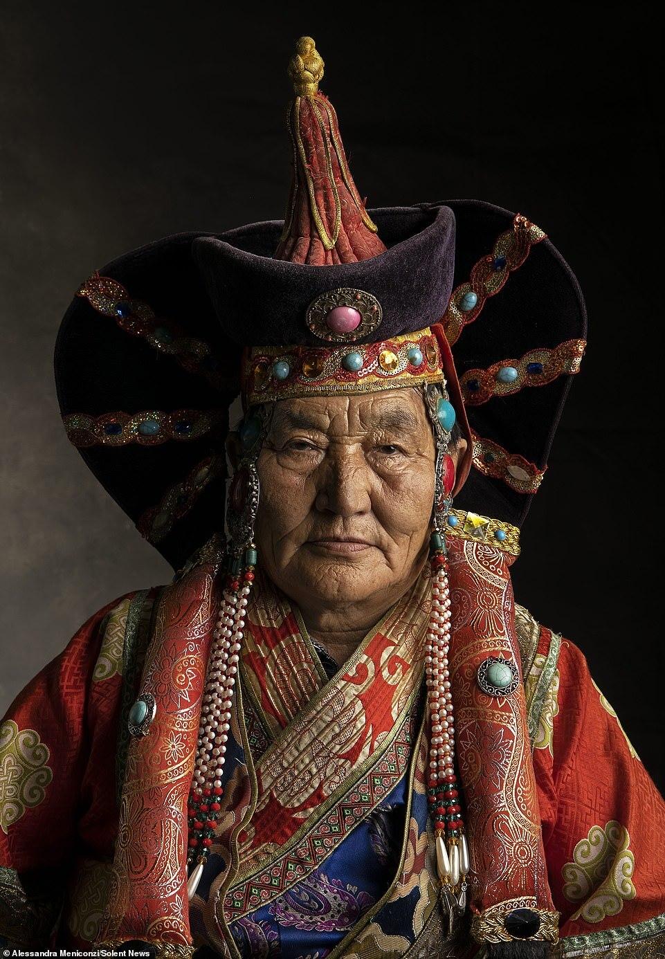 Những bộ đồ màu sắc rực rỡ với đầy phụ kiện tinh tế này vẫn là món đồ được lưu truyền qua nhiều thế hệ. Meniconzi đã chụp rất nhiều bức ảnh chân dung và tập hợp thành album riêng về những bộ trang phục truyền thống đẹp mắt của người Mông Cổ.