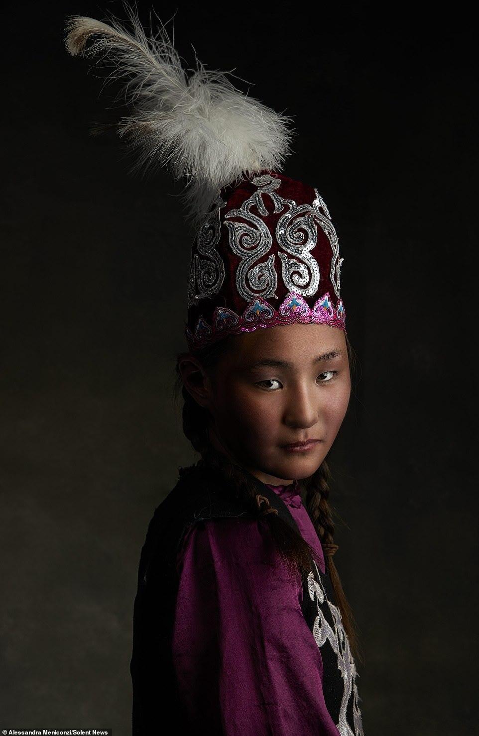 Sau nhiều năm rong ruổi các miền đất xa xôi và đi theo nhiều bộ tộc, tác phẩm của Meniconzi dần tập trung vào sự tinh tế, các giá trị đang bị phai mờ bởi dòng chảy của cuộc sống hiện đại.   Nhiếp ảnh gia Thụy Sỹ đã xuất bản 4 quyển sách ảnh: Con đường tơ lụa (2004), Iceland huyền bí (2007), Trung Quốc bí ẩn (2008) và QTI -Alessandra Meniconzi, Il coraggio di esser paesaggio (2011).