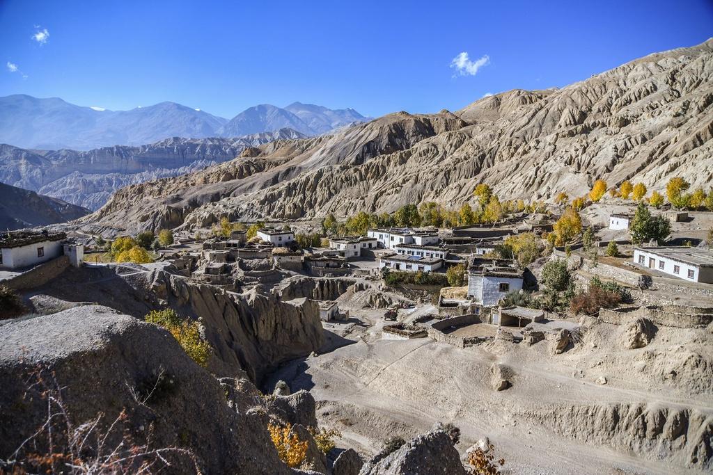 """Nằm ở vùng xa xôi và hẻo lánh nhất của Nepal, giáp cao nguyên Tây Tạng (Trung Quốc), Mustang khuất sâu trong dãy Himalaya, bao quanh bởi những ngọn núi cao ngất. Với vị trí hiểm trở, Mustang cách biệt với thế giới và gần như bị quên lãng nếu không được các nhà thám hiểm """"tái phát hiện"""" vào năm 1981. Sự cách biệt này góp phần vào việc bảo tồn nền văn hóa Tây Tạng và thiên nhiên hoang sơ. Đến nay, Mustang vẫn luôn là vùng đất bí ẩn đầy nét hấp dẫn với du khách trên thế giới. Ảnh: Namasadventure."""