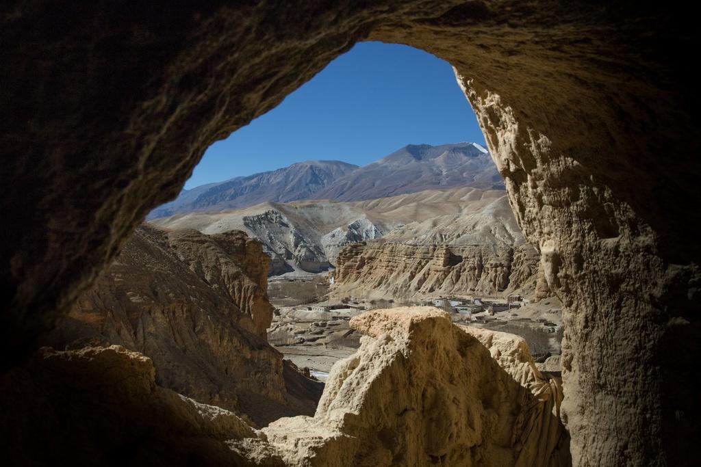 Mustang là mảnh đất của nền văn hóa cổ xưa với cảnh sắc tuyệt đẹp. Phong cảnh cằn cỗi tại vùng đất này rải rác các tảng đá với đủ loại màu sắc, điểm xuyết khu định cư với hàng dài nhà ở, công trình màu trắng, những cánh đồng lúa mạch... Ảnh: Namasadventure.