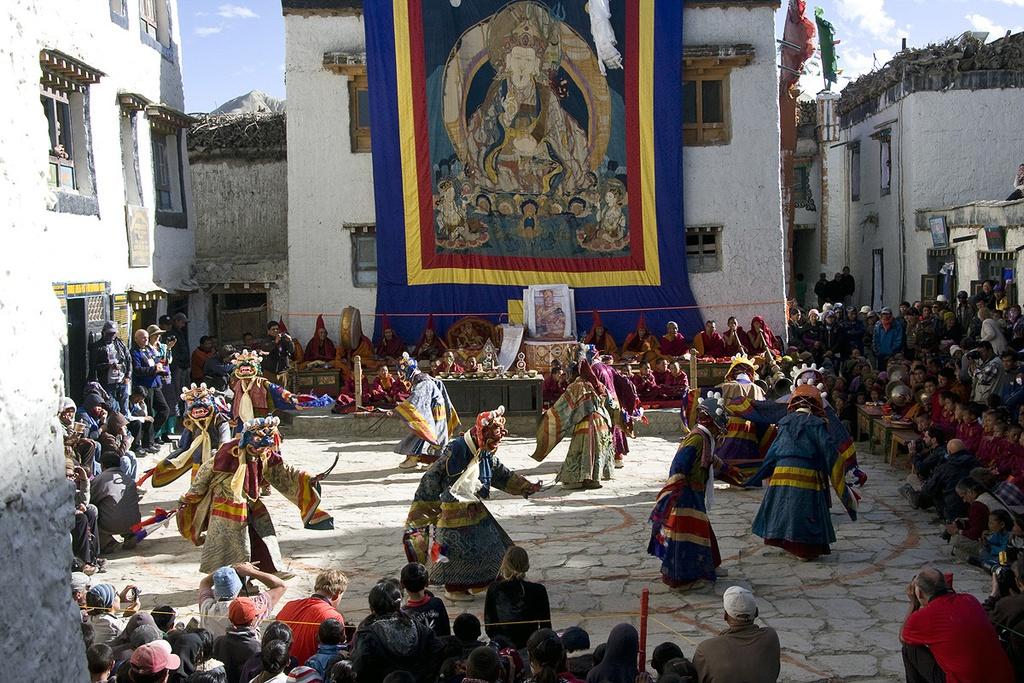 Lễ hội Phật giáo quan trọng nhất ở Mustang là Tiji, được tổ chức hàng năm vào đầu mùa xuân. Ngoài ra, sự đồ sộ và hiện diện khắp mọi nơi của các tu viện cũng là minh chứng nổi bật cho vị trí của tôn giáo trong đời sống người Lo. Ảnh: Namasadventure.