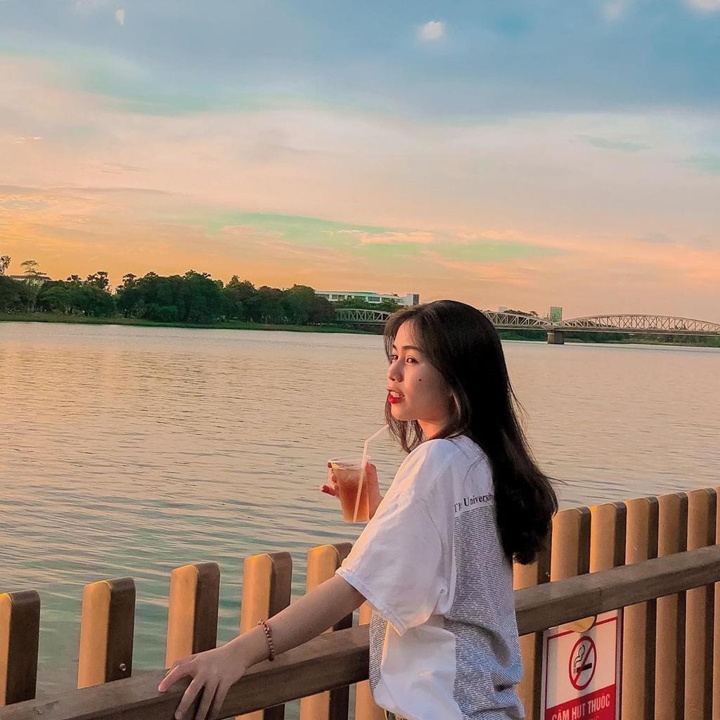 Trên cầu đi bộ lát gỗ lim có bố trí các lối lên xuống, kết nối với tuyến đường chạy dọc bên sông Hương, để du khách thuận tiện khi di chuyển. Tới đây vào buổi hoàng hôn, bạn sẽ được đắm chìm trong khung cảnh thơ mộng, màu nước, bầu trời được bao phủ bởi sắc hồng rực rỡ. Ảnh: Ngoccnim.