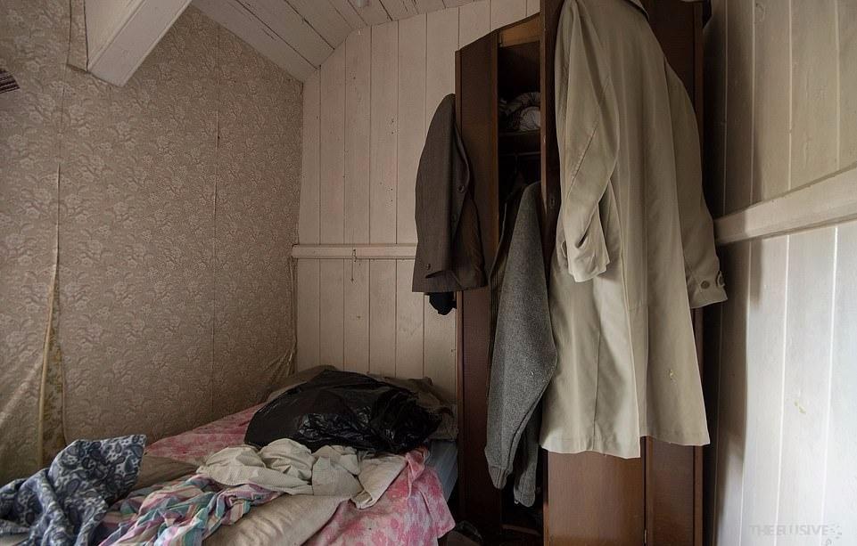 Ngôi nhà nằm ở cuối một con đường nhỏ. Bên trong là một phòng tắm màu xanh ngọc lam, giấy dán tường có hoa văn màu nâu, cam và loạt đồ trang sức. Những bức ảnh được chụp bên trong một ngôi nhà bỏ hoang mang đến cái nhìn cụ thể về cuộc sống điển hình của con người hàng chục năm về trước ở đây.