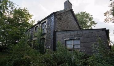 """Ngôi nhà không bị xáo trộn trong nhiều năm, mặc dù cửa sau mở. Nhà thám hiểm nói: """"Cửa trước bị khóa, tôi đi vòng quanh phía sau ngôi nhà. Cửa sau ngôi nhà mở. Mỗi phòng được trang trí khác nhau. Nhiều thứ xuất hiện còn tốt và không hề hư hỏng""""."""