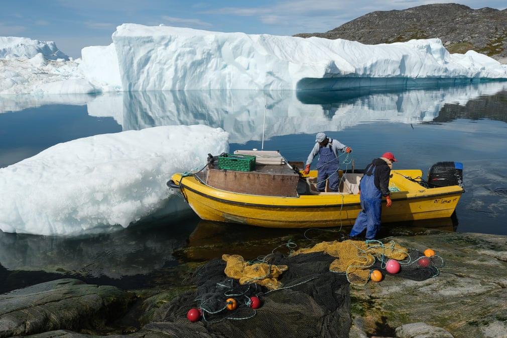 Người ngư dân Inuit chuẩn bị giăng lưới đánh cá giữa những tảng băng trôi ở vịnh Ilulissat (Greenland). Điều kiện thời tiết ấm áp bất thường khiến công việc của họ thuận lợi hơn. Ảnh: Sean Gallup/Getty Images.