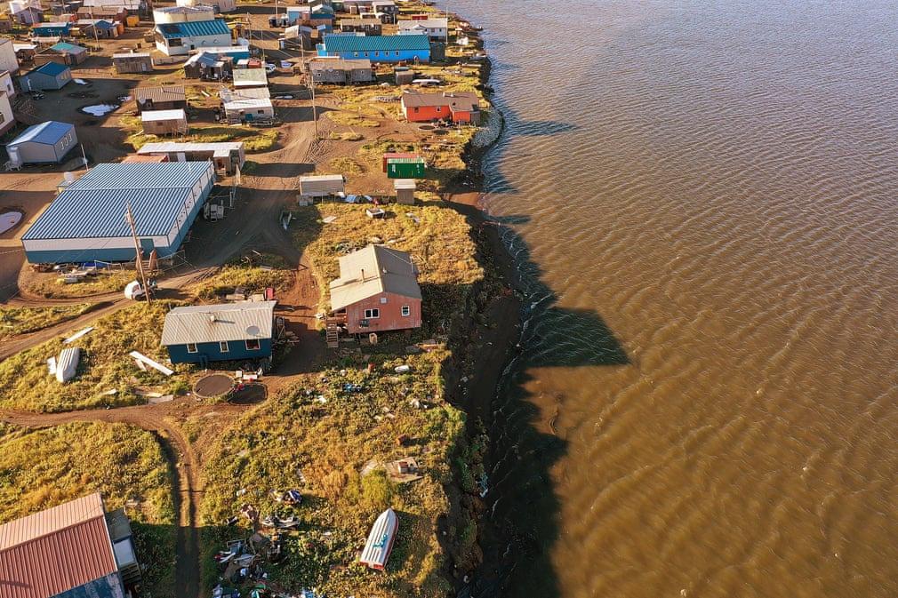 Góc máy trên cao cho thấy những căn nhà ở Kivalina, Alaska (Mỹ) đã ở sát khu đầm nước. Nếu nước tiếp tục dâng cao, cuộc sống của họ sẽ gặp nhiều nguy hiểm. Tuy nhiên, cư dân Kivalina không muốn tìm một nơi định cư mới. Chính quyền cho biết người dân sẽ tiếp tục sống và thích nghi với điều kiện thời tiết thay đổi ở Kivalina. Ảnh: Joe Raedle/Getty Images.