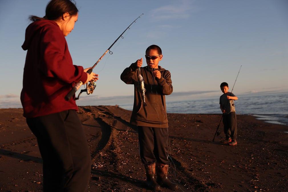 Tại biển Chukchi (Bắc Băng Dương), đời sống người dân ảnh hưởng lớn vì biến đổi khí hậu. Thời tiết nóng lên khiến cá voi, hải cẩu... di cư khỏi vùng biển này. Đây là lượng thức ăn quan trọng của người dân trong những ngày đông lạnh giá. Ảnh: Joe Raedle/Getty Images.