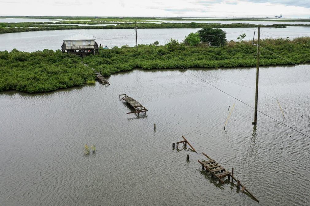 Nước dâng cao còn đất chìm xuống bỏ lại ngôi nhà sàn lọt thỏm giữa mênh mông biển nước. Ảnh được chụp tại Port Fourchon, Louisana (Mỹ). Kể từ năm 1930, Louisana đã mất hơn 5.000 km2 đất và đất ngập nước. Trong 30 năm trở lại đây, tình trạng lún sụt đất lại càng trở nên nghiêm trọng. Ảnh: Drew Angerer/Getty Images.