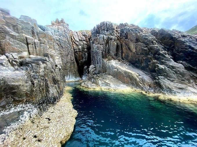 """Côn Đảo không lớn, chỉ hai ngày là bạn có thể khám phá hết những tuyến đường và điểm tham quan chính. Tuy nhiên trên đảo còn nhiều góc đẹp mà ngay cả dân bản địa cũng chưa chắc biết. Trong đó có mũi Tàu Bể, điểm check-in đã quá quen thuộc với du khách nhưng nếu chịu khó khám phá, bạn sẽ đến một """"bể bơi thiên nhiên"""" nằm ngoài biển, được bao bọc bởi những phiến đá dựng đứng trông như cảnh Bắc Âu."""