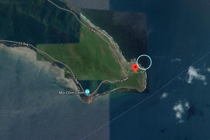 """Mũi Tàu Bể nằm trên đoạn từ sân bay Côn Sơn về thị trấn. Nhưng """"bể bơi"""" này không có vị trí chính xác. Muốn đến đây, bạn buộc phải đi thuyền hoặc cano tới khu vực được khoanh tròn trên bản đồ, dò tìm một lúc là thấy."""