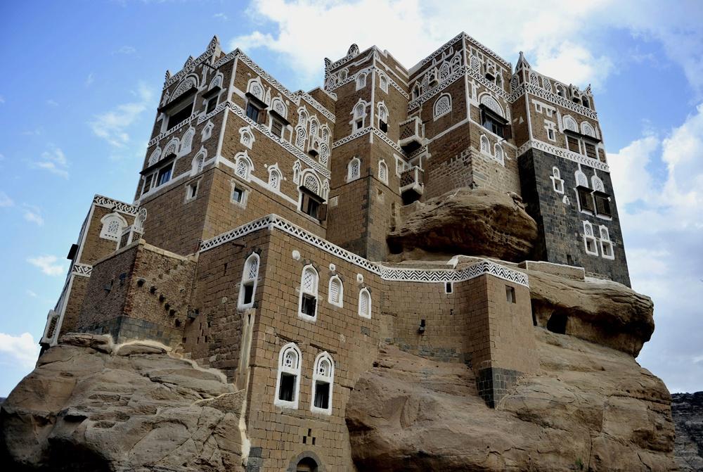 Cung điện đá Dar Al Hajar nằm trên đỉnh núi đá cao 20 m, được cho là có từ những năm 1700, theo học giả Hồi giáo Imam Mansour Ali Bin Mehdi Abbas.