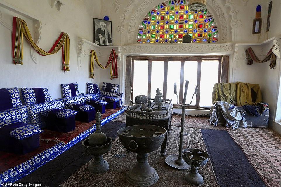 Cung điện đá Dar Al Hajar có 35 phòng tất cả, như phòng khách, nhà bếp, các phòng triển lãm, khu vực lưu trữ và cũng có sân trong yên tĩnh.