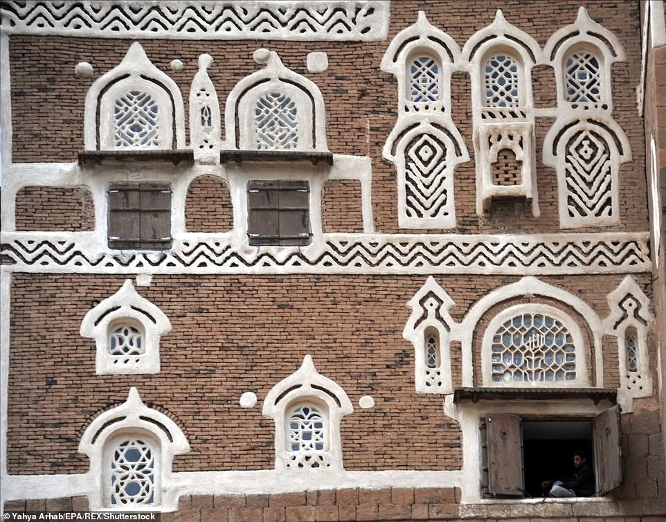 """Theo The Vintage News, Dar Al Hajar được xây dựng như pháo đài, với các ụ súng để bảo vệ nơi này khỏi những kẻ tấn công và nguồn cung cấp nước từ sâu bên dưới tảng đá, nói cách khác là """"có thể dễ dàng chịu được một cuộc bao vây""""."""