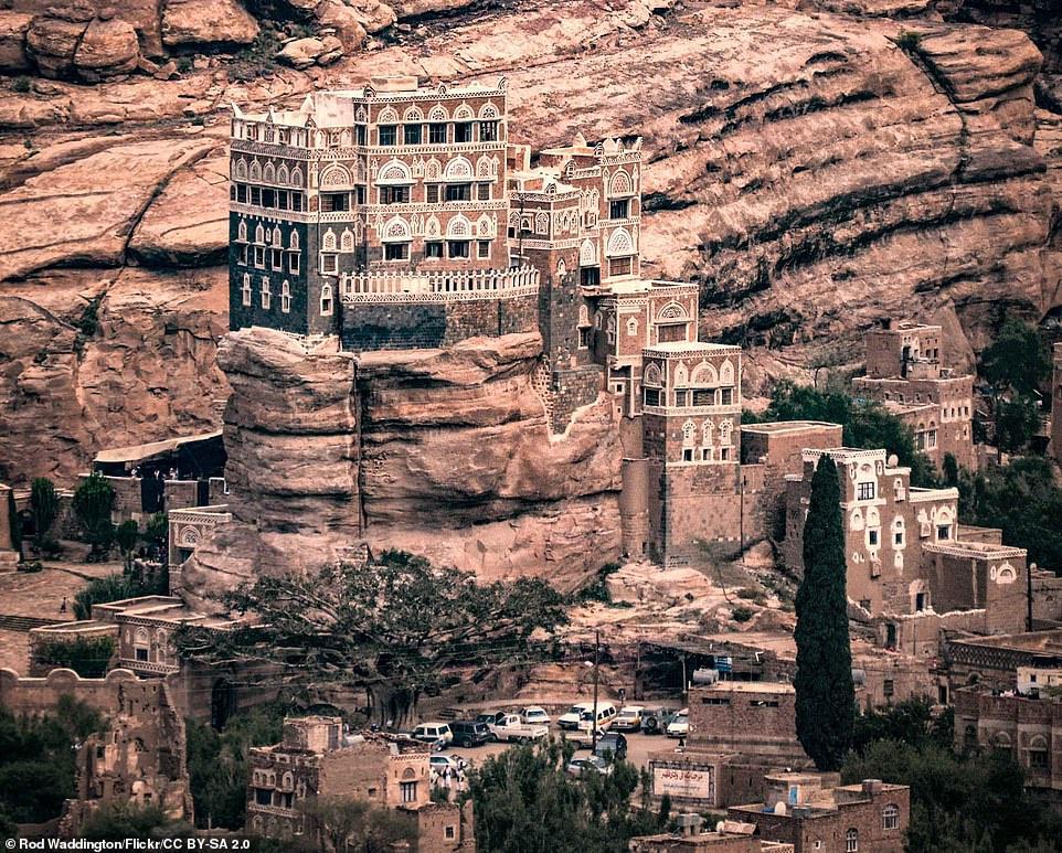 Nằm ở thung lũng Wadi Dhahr cách thủ đô Sana'a gần 15 km, cung điện Dar al-Hajar được xây dựng làm nơi ở mùa hè cho quốc vương Yemen, Yahya Muhammad Hamiddin, từ những năm 1920. Cung điện trên cột đá này là một trong những công trình ngoạn mục nhất thế giới.