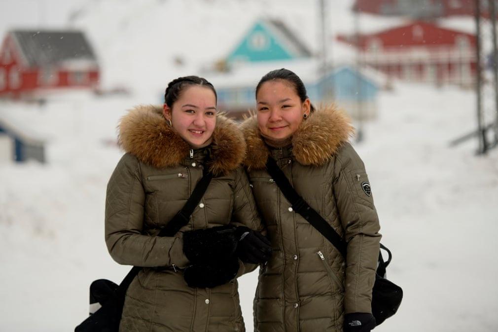 Hai người phụ nữ trẻ địa phương vừa rời khỏi một thị trấn ở Ilulissat.