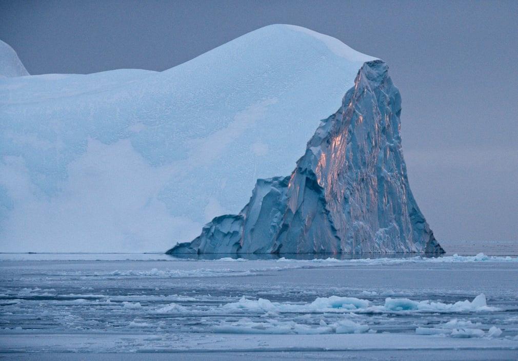 Người dân Greenland đang sống ở nơi có tình trạng khí hậu báo động hàng đầu thế giới với những tảng băng đang tan dần và nước biển ấm lên. Tới đây, bạn có thể bắt gặp những tảng băng trôi khổng lồ trong vịnh hẹp băng Ilulissat.