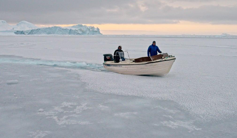 Để di chuyển trên dòng nước đóng băng, du khách có thể sử dụng máy phá băng hoặc một chiếc thuyền máy nhỏ.