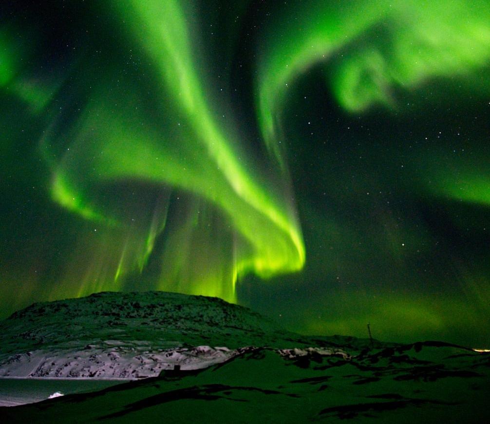Chiêm ngưỡng cực quang là một trong những trải nghiệm du khách không nên bỏ qua khi tới xứ băng đảo. Bầu trời tựa những tấm rèm màu xanh lá cây và đỏ rực di chuyển liên tục. Giữa nhiệt độ ban đêm âm 15 độ C, bạn dường như hoàn toàn quên đi cái lạnh để chiêm ngưỡng và ghi lại hiên tượng ngoạn mục này.