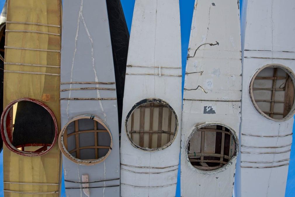 Kayak, phương tiện dùng để câu cá vào mùa hè, sẽ được treo ngược để giữ khô ráo suốt mùa đông.